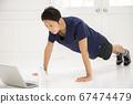 온라인 수업으로 교육을하는 젊은 남성 67474479