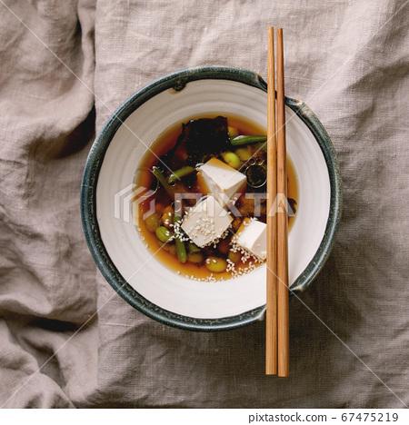Tofu miso soup 67475219