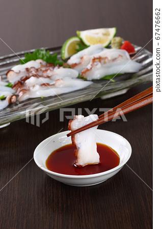 用筷子三明治章魚生魚片 67476662