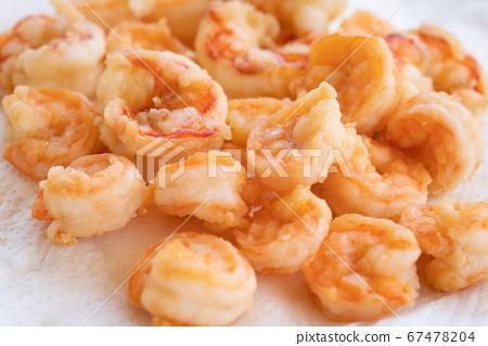 peeled fried shrimps close up 67478204