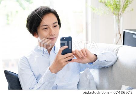 在智能手機上在線結婚的男人 67486975