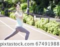 스포츠웨어에서 스트레칭을하는 젊은 여성 67491988