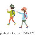 야외 옷을 입고 배낭을 짊어지고 즐거워 걷는 여자 2 명 67507371