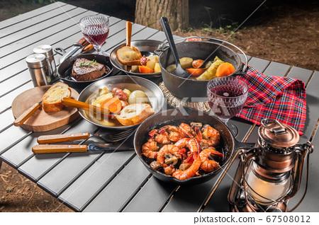 야외에서 요리 Cooking outdoors at a campsite lodge 67508012