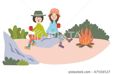 캠프에서 모닥불을하고 커피를 마시는 젊은 2 명의 여자 67508527