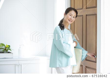 女人打開前門 67516042