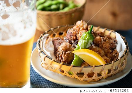 닭 튀김과 맥주 67518298