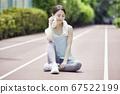 스포츠웨어에서 스트레칭을하는 젊은 여성 67522199