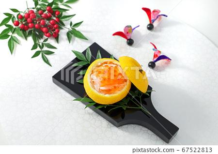 红色和白色茄子鲑鱼子的柚子水壶 67522813