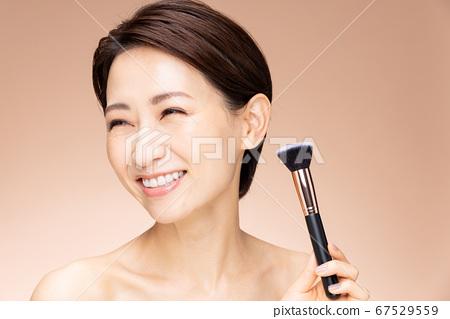 中級女性化妝樂趣 67529559