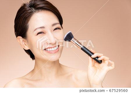 中級女性化妝樂趣 67529560