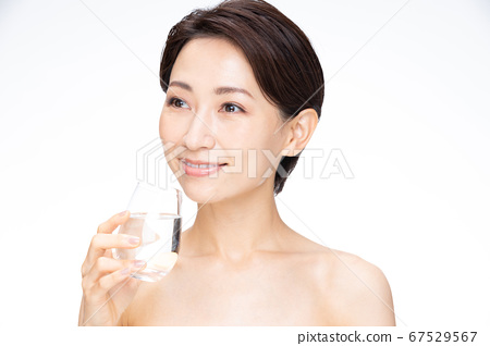 Mineral water female middle 67529567