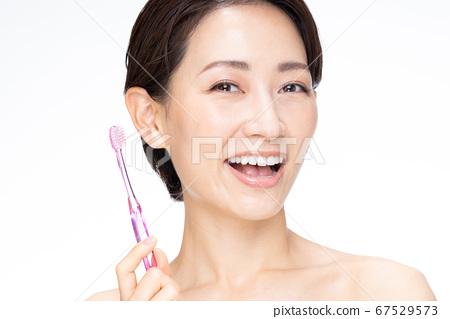 牙刷女中間 67529573