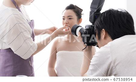 美麗的年輕女子的嘴唇化妝品形象 67538954