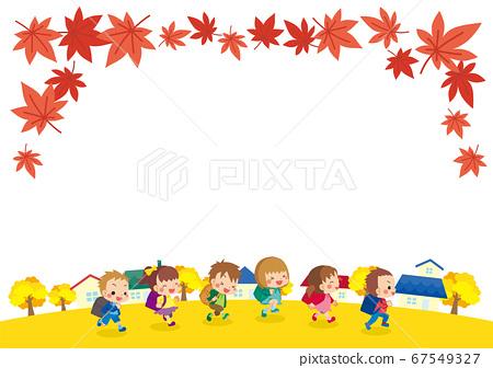 一群可愛的小學生穿過秋天的小鎮 67549327