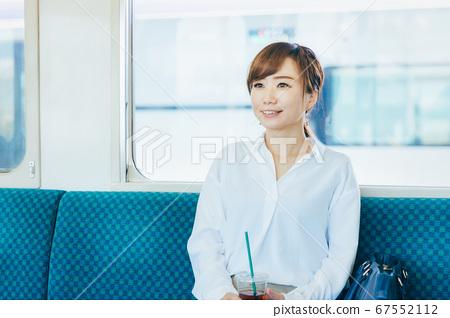 一個女人坐火車 67552112