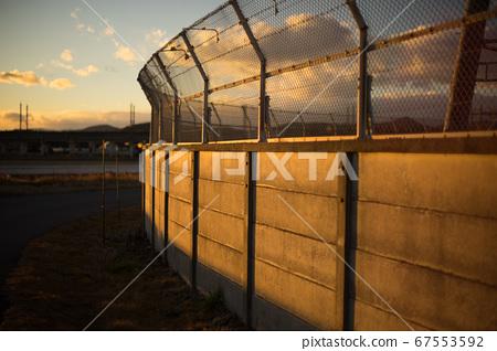 夕陽下的外牆(鐵柵欄) 67553592