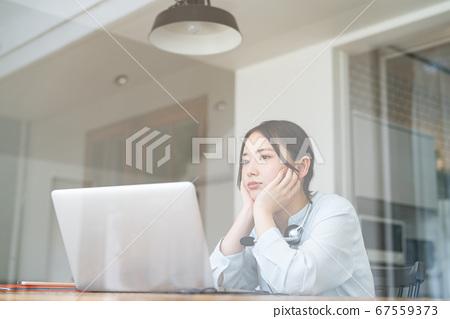 看通過玻璃窗的少婦在遠程辦公期間 67559373