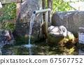 개구리 석상과 대나무 물 67567752