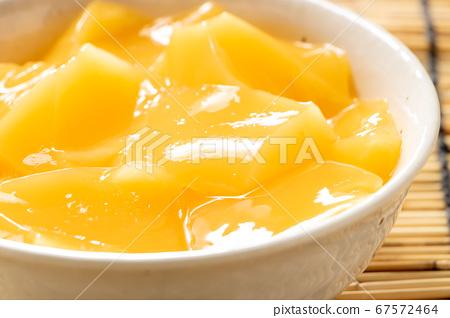 芒果布丁。在背景窗簾中的夏天圖像。 67572464