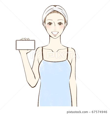 一個女人面對前方,微笑著顯示她的智能手機的屏幕 67574946