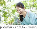 看花的微笑的婦女 67576445