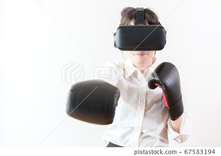 VR (가상 현실)에서 격투 게임을하는 여성 67583194