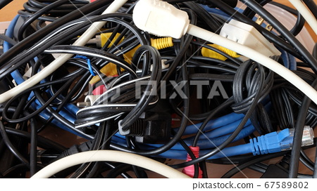 Organize entangled cables 67589802