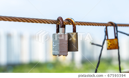 老鑰匙掛在柵欄上 67593394