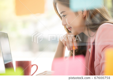 年輕的年輕女性上班族營業所窺視工作人材料 67600758