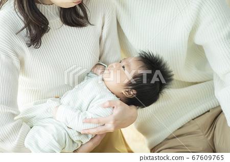 가족 가족 아기 육아 산책 67609765