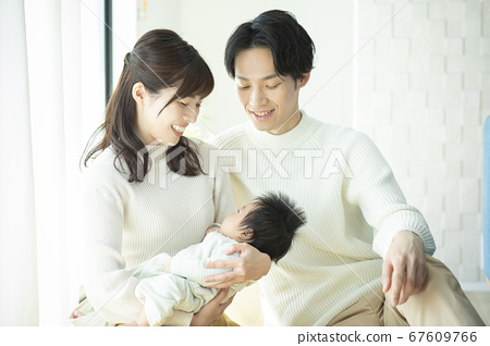 가족 가족 아기 육아 산책 67609766