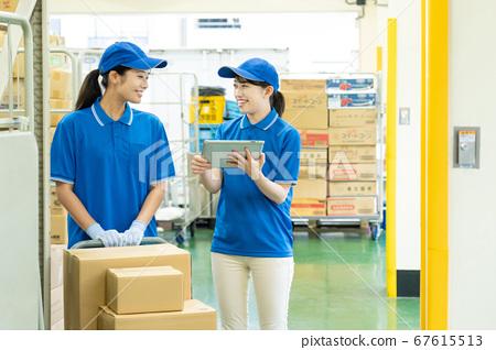 창고에서 일하는 택배의 여성 드라이버 67615513