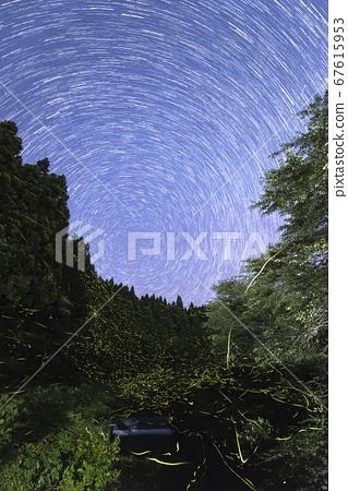 [여름 이미지] 밤하늘의 별빛과 반딧불의 난무 67615953