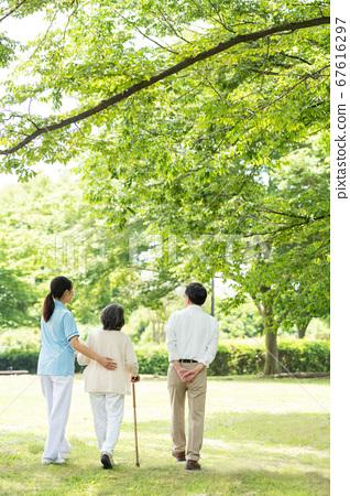 年長的夫婦和照顧者在戶外康復後視圖 67616297