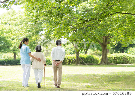 年長的夫婦和照顧者在戶外康復後視圖 67616299