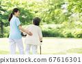 야외에서 재활 훈련을하는 수석 여자와 간병인의 뒷모습 67616301