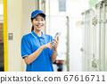 快遞卡車司機操作智能手機 67616711