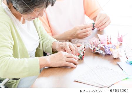 照顧者圖像摺紙高級婦女和照顧者 67618304