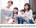 젊은 4 명의 가족 단짝 67618499