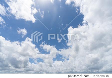 상쾌한 여름 하늘 푸른 하늘 · 흰 구름 _ 배경 소재 67626040