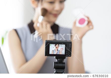 메이크업 동영상을 찍는 젊은 여성 부이로가 유 튜바 조치 이미지 67630010