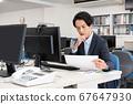 신종 코로나 예방을위한 원격 워크가 혼자서 사무실에서 일하는 젊은 사업가 67647930