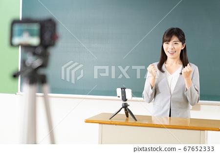 온라인 수업을 배달하는 선생님 67652333