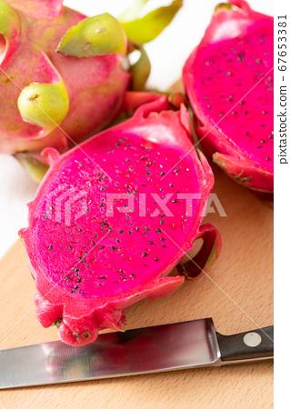 越南製造的火龍果(紅肉)切成兩半 67653381