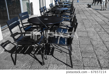 街道上的一整排桌椅 67657214