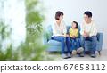 가족 단란 소녀와 부모 67658112