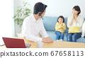 재택 근무중인 남성과 가족 화상 회의 원격 워크 67658113