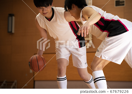 농구를하는 남성 67679226
