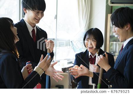 學生打掃教室 67679325